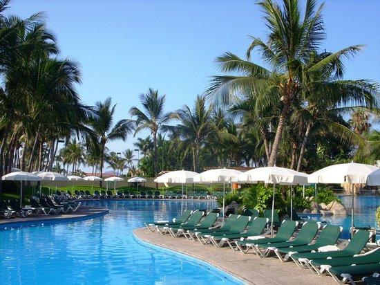 Sea Garden Mazatlan: Sombrillas de alberca