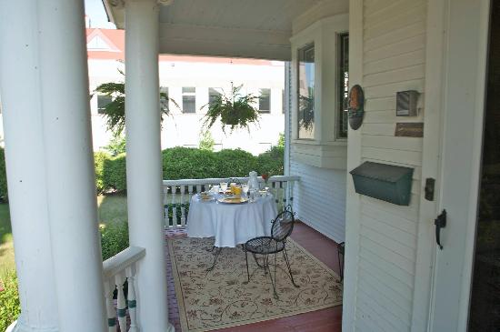 The Pillar Inn: Breakfast On Porch