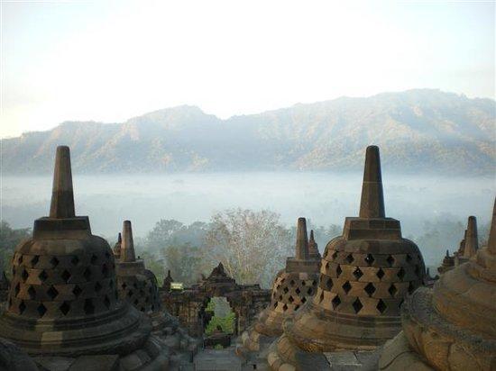 Borobudur, Indonesien: Early morning mist
