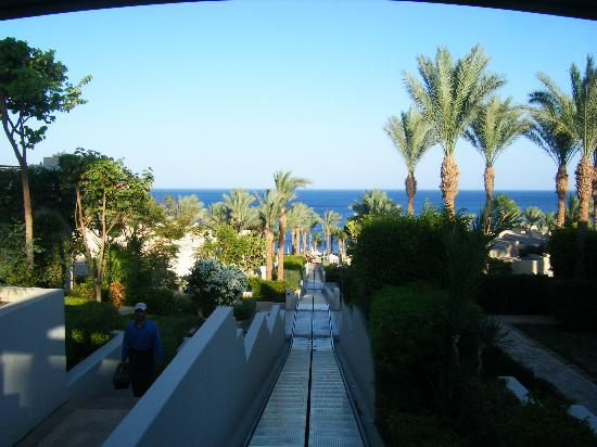 Four Seasons Resort Sharm El Sheikh: Tran that takes you down to pools and beach if your to lazy to walk like us!!