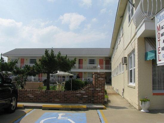 Blue Water Motel : facade exterieur avec vue sur la cour