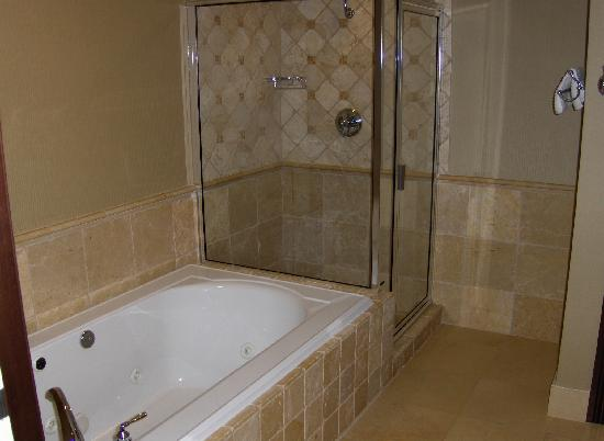 Three Rivers Casino Resort: main bath