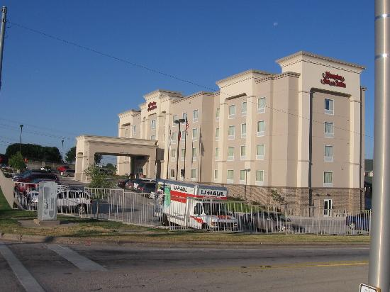 Hampton Inn & Suites Fort Worth-West/I-30: hotel exterior looking across end of I-30 exit ramp