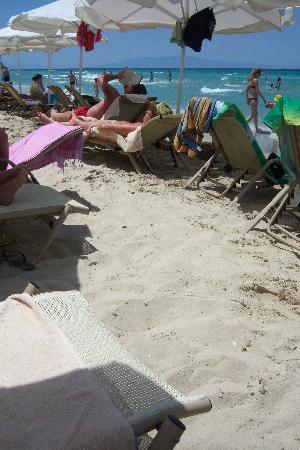 Sani Beach : crammed beach at weekend