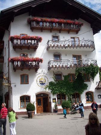 Seebockenhotel Zum Weissen Hirschen: The hotel on a sunny day