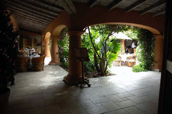 Antigua Villa Santa Monica: view into courtyard from entry