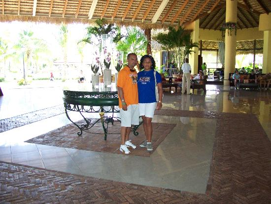 Tropical Princess Beach Resort & Spa: con mi esposo en el Lobby
