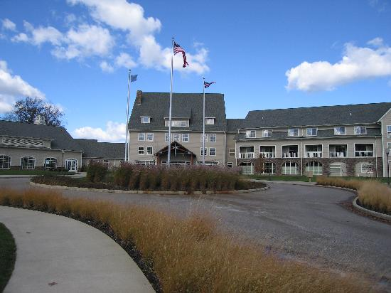 The Lodge at Geneva-on-the-Lake: Front of the hotel