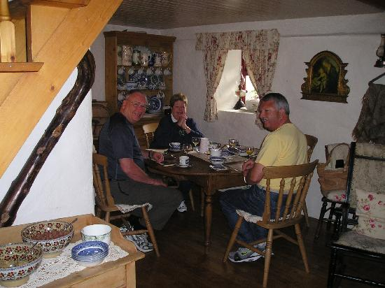 Cloch na Scith Thatched Cottage: Breakfast in the cottage