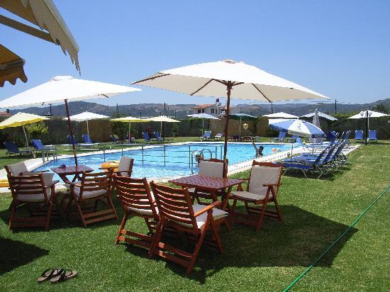 Alonia Apartments: Pool area at Alonia