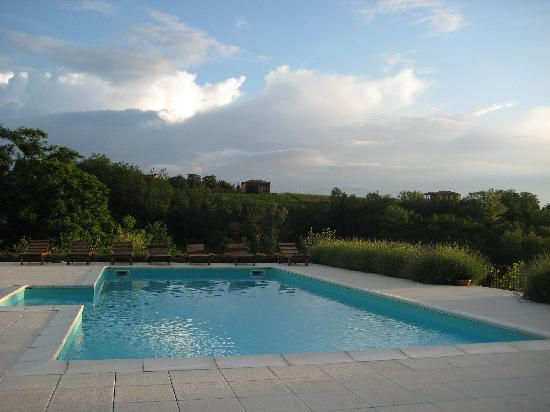 Mombaruzzo, Italien: The swimming pool at La Villa