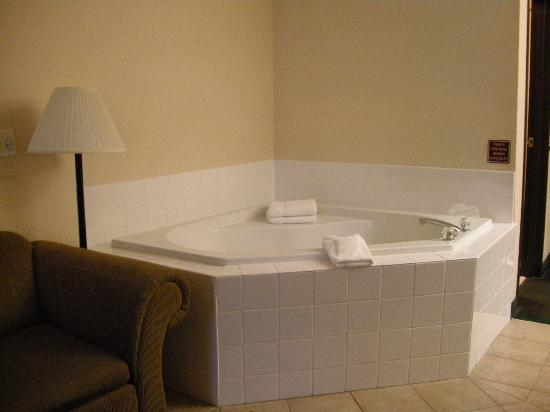 Best Western Plus Vancouver Mall Dr. Hotel & Suites: Jacuzzi tub in our sitting area!