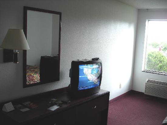 Red Roof Inn - Loudon: TV and mirror