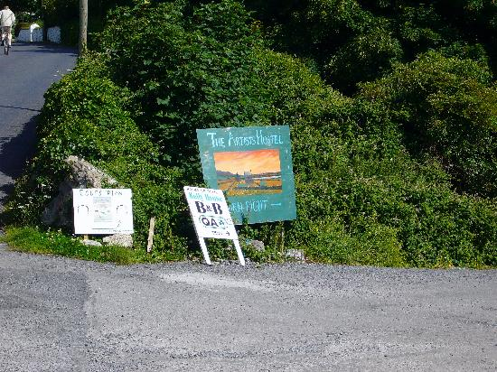 The Artists Lodge Hostel: signs for the hostel on the main road