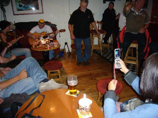 The Artists Lodge Hostel: Live music in Wattys