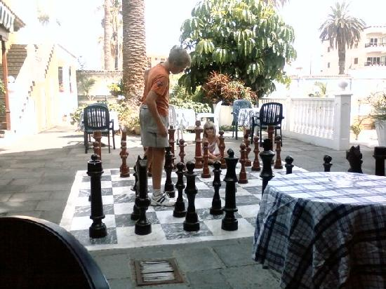 Hotel RF San Borondon: kids playing chess at the pool bar
