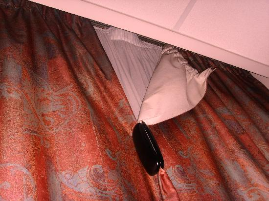 Hotel Val Girard: curtains did not close! We had to use a clip!!