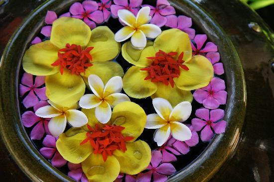 The Samudra Retreat Samui: one of the many bowls of beautiful flowers