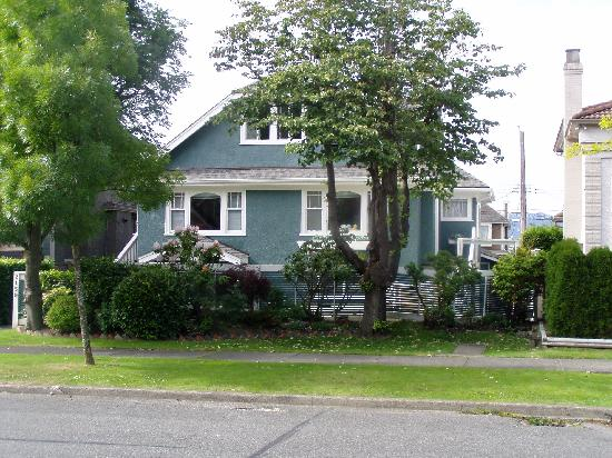 Vancouver Traveller Bed and Breakfast: view of b&b from accross quiet ave