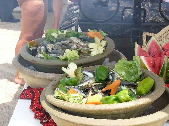 Hotel Riu El Mansour: barbecue sardines, bord de piscine