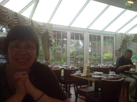 เกลนลินเกสเฮาส์: My Wife enjoying breakfast in spacious surroundings.