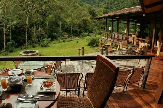 El Silencio Lodge & Spa: Outside tables in restaurant