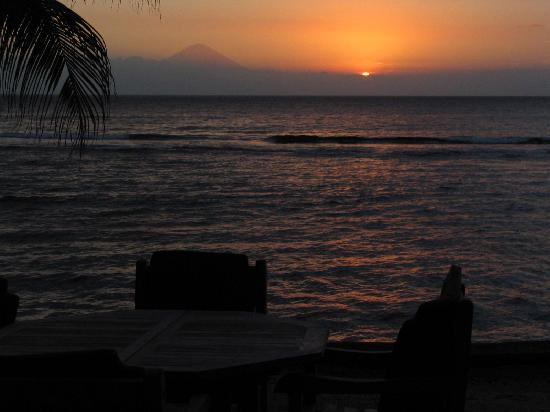 Alang-Alang Boutique Beach Hotel: Sunset view from our table while having a drink with Mount Agung in view
