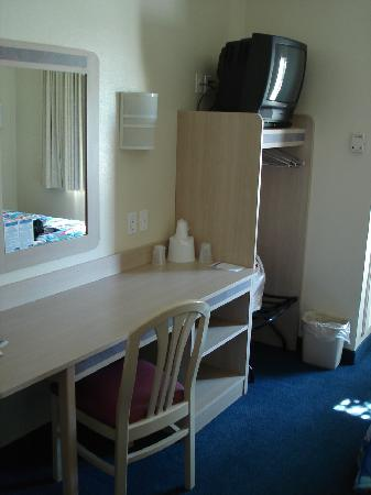 Motel 6 Portsmouth: Desk, chair, luggage rack and TV
