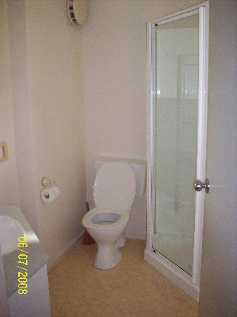 Norfolk Holiday Apartments: One of the bathrooms