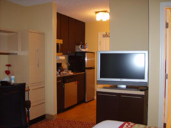 TownePlace Suites Huntsville: TV and full sized kitchen