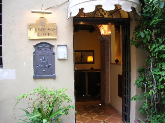 โรงแรมแอนติโก บอโก ดิตราสเตเวียร์: The front door