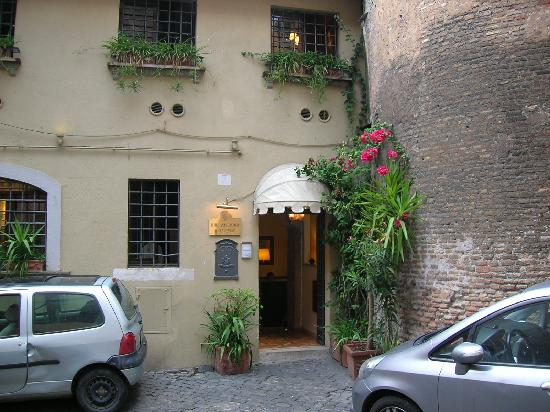 Hotel Antico Borgo di Trastevere: rooms on this side were a little bright from street lights.