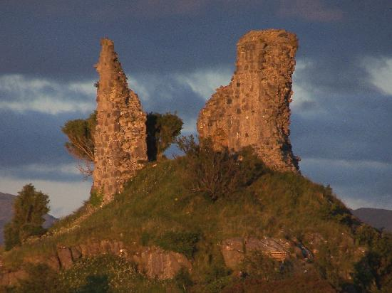 White Heather Hotel: Castle Maol Ruins, across the harbour