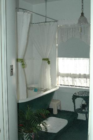 Michigan City, Индиана: Bathroom (in hall, but private)
