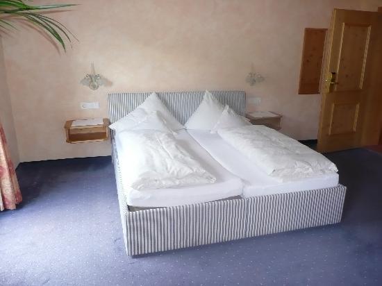 Alpensporthotel Neustifterhof: Room - bed