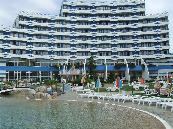Trakia Plaza Hotel : hotel from the pool