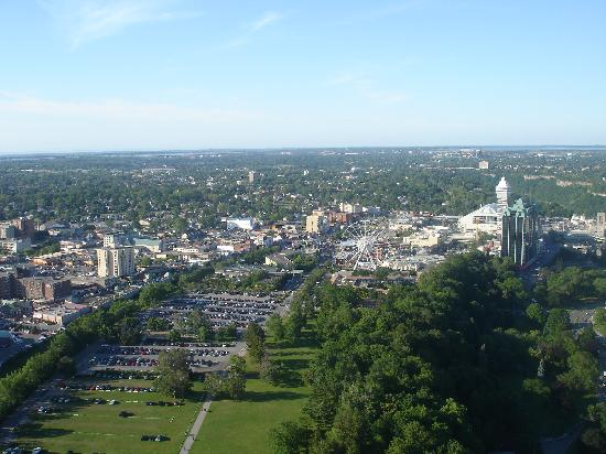 Skyline Hotel & Waterpark: Look at 1:00 position from  top of Ferris Wheel for view of back of hotel from the Skylon Tower