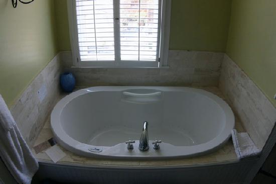 Packard House: Garden Court Jetted Tub