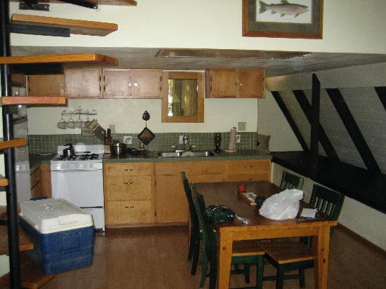 Jade River Lodge: Kitchen and stairs