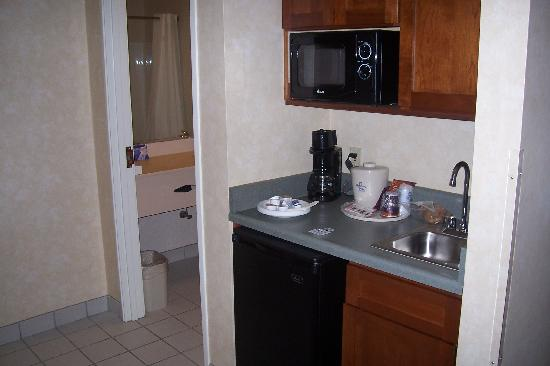 Holiday Inn Express Charlotte: The mini kitchenette