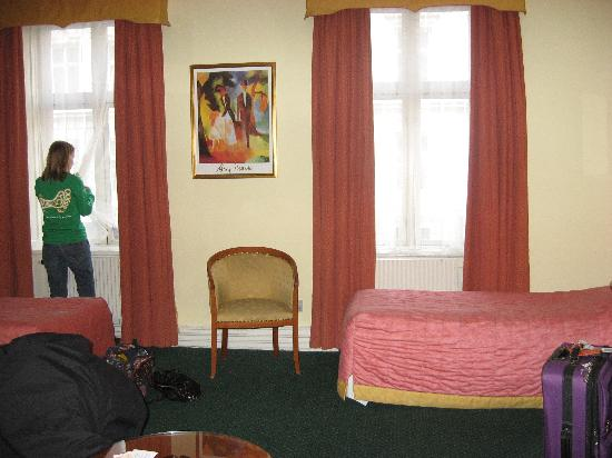 Hotel Du Nord Copenhagen: Rm 103(?) view of the window and 2 of the beds (desk, closet, and tv out of sight to the right)