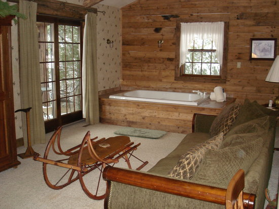 Chanticleer Guest House: Cozy hot tub in Hemlock cabin