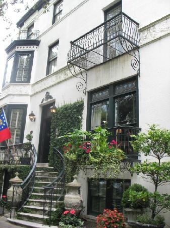 Savannah Historic District: Building next to Savannah Day Spa