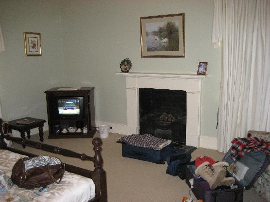 Waratah on York: Bedroom (with 'decoration only' fireplace)