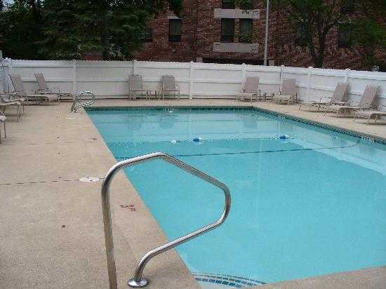 Best Western Plus Portsmouth Hotel & Suites: Outdoor Pool Area