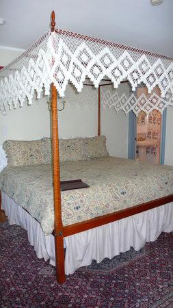 Pineapple Inn: The Room
