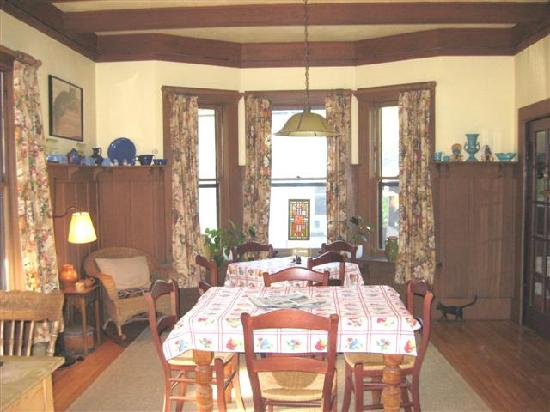 Fanny's Bed and Breakfast: dining room