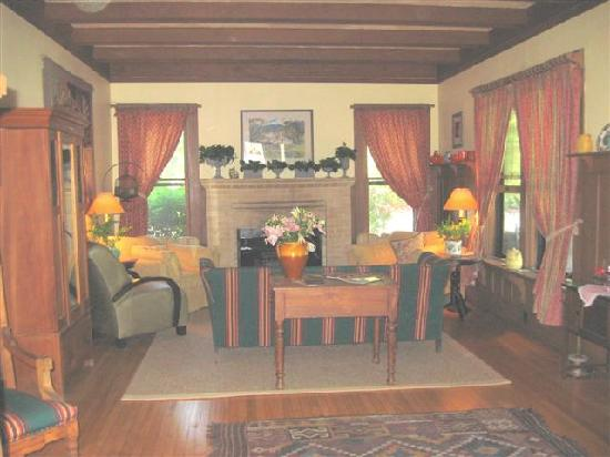 Fanny's Bed and Breakfast : Living Room - if you like craftsman bungalows you will appreciate this home