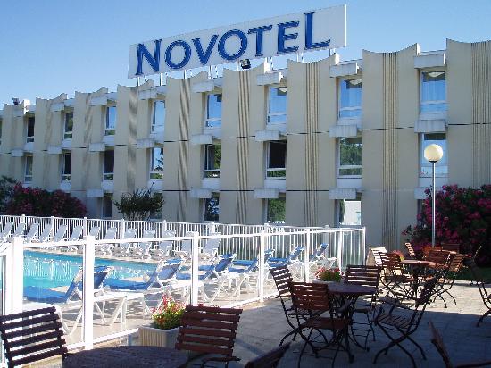 Novotel Narbonne Sud : Pool/Bar Area