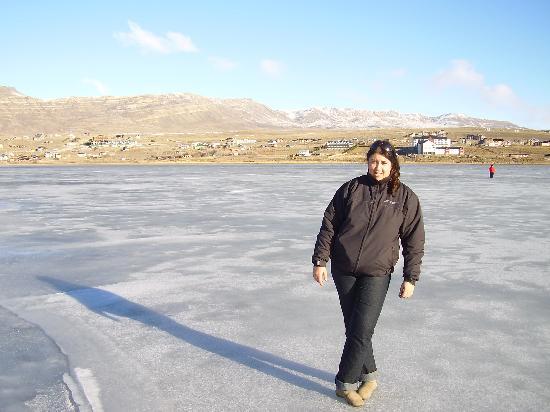 Xelena Hotel & Suites: caminando sobre el lago congelada a mis espaldas se ve el hotel